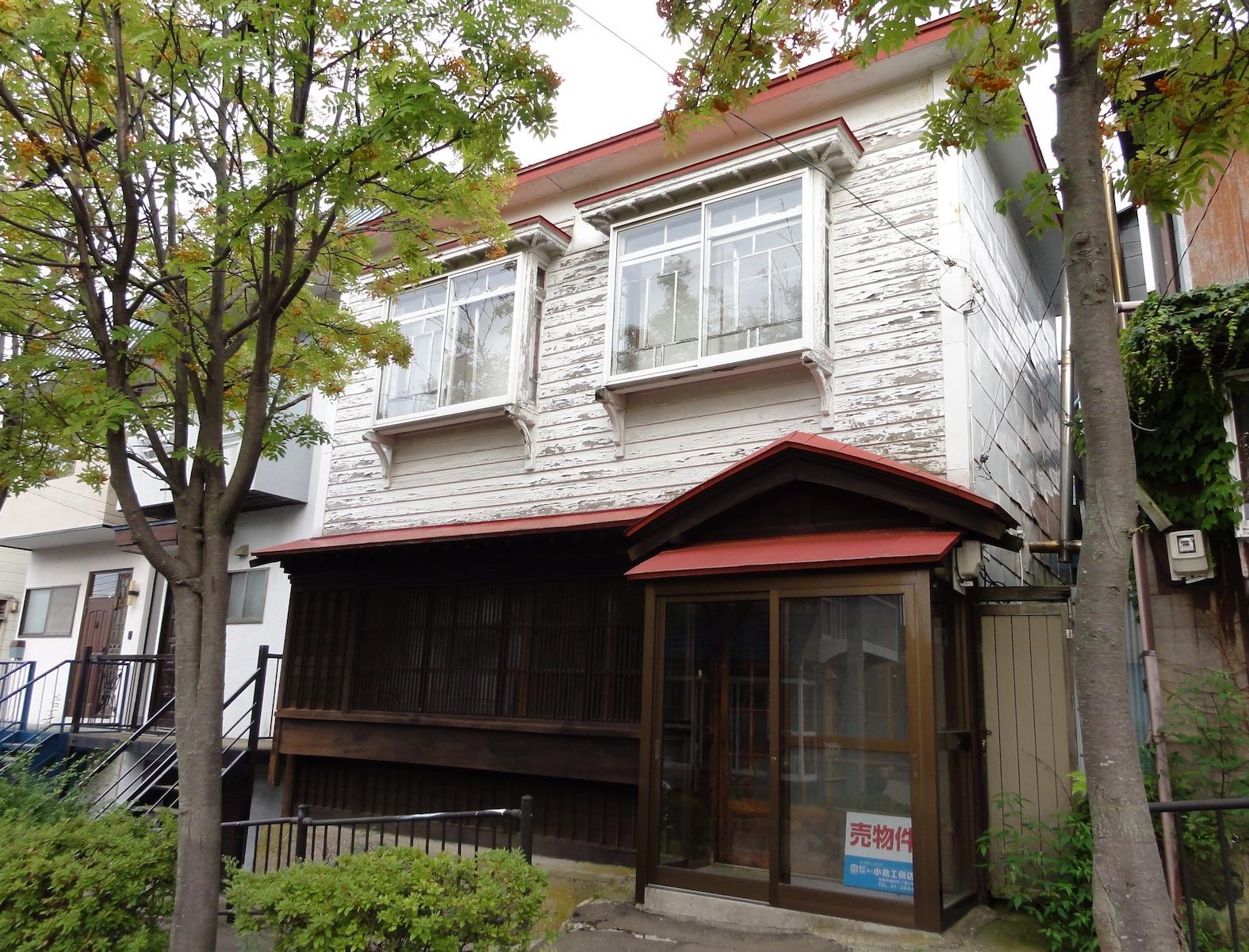 ▲一階には連子の出格子、二階は下見板張に持ち送りの出窓という典型的な擬洋風建築。